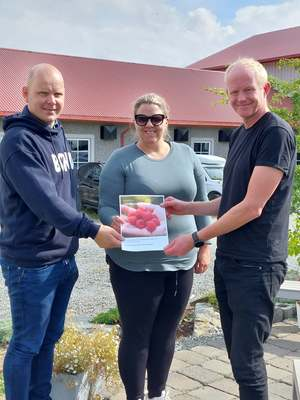 SV mottar Landbruksløftet. F. v. Erlend Fiskum, Siv Kristin Fosli og Lars Haltbrekken.