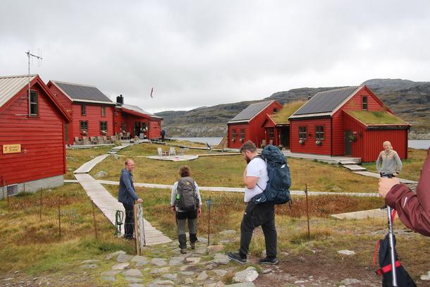 Stranddalen turisthytte ligger 2 timer fra nærmeste vei. Bondelaget og kokk Halvar Ellingsen ble ønsket velkommen av vertskap John Anton Nilsen.