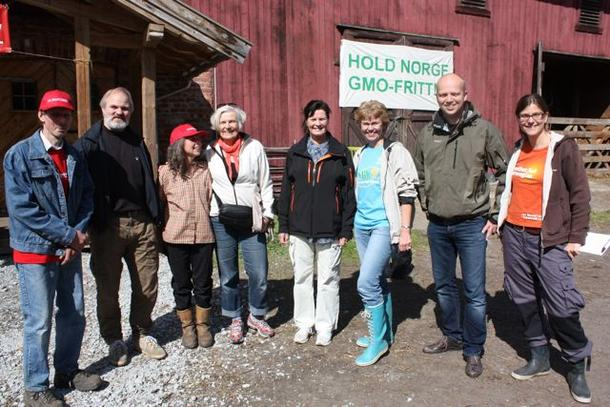 Søfråaksjonen - på Løten i 2011. Bygdekvinneleder Kathrine Kleveland som er nr. tre fra høyre på bildet, leder også nettverket for GMO-fri mat og fôr.