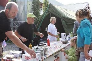Frode Haugland, Øystein Tønne og Jorun Egge deler ut smaksprøver