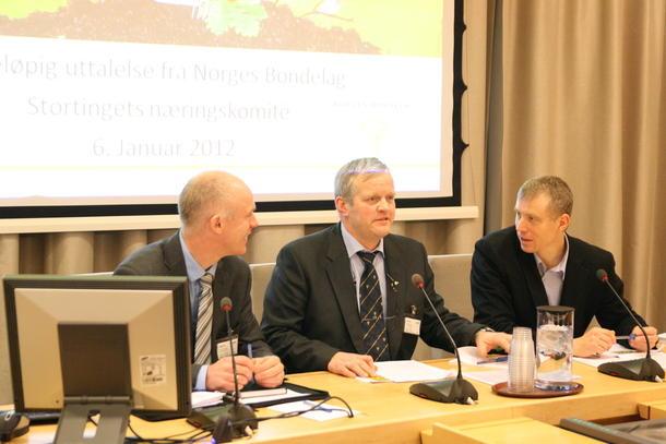 Bondelaget på høring i Stortinget, fra venstre næringspolitisk sjef Arild Bustnes, Bondelagsleder Nils T. Bjørke og seniorrådgiver Anders Huus, foto: Marthe Haugdal.