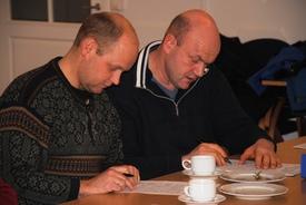 Full konsentrasjon. Her Fåberg Bondelags Ole Kristian Jenvsoll og Erik Wedum.