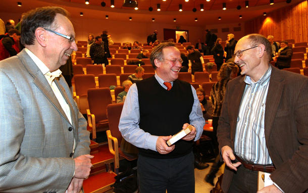 Per Harald Grue (til venstre) og Reidar Almås i munter passiar med landbruks- og matminister Lars Peder Brekk.