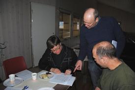 Leder i Øyer-Tretten Bondelag Ouden Wasrud diskuterer kommunens landbruksstatistikk med ordfører Mari Botterud og Pål Strangstadstuen.