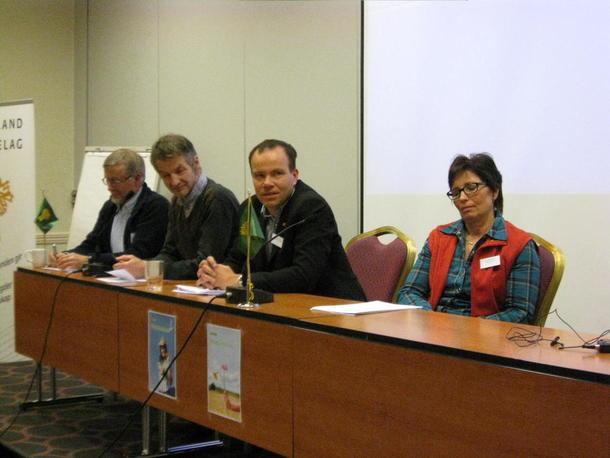 Paneldebatt, fra venstre:Erling Solvang Naturvernforbundet, Roar Høgseth Fylkesmiljøvernsjef, Tomas Norvoll leder i rovviltnemda og styrmedlem i Nordland Bondelag Wanja Rakvaag