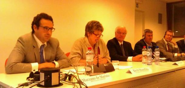 Nestleiar Berit Hundåla i Norges Bondelag orienterte i førre veke EU-bøndene om arbeidet i WFO. Til venstre for henne generalsekretær i WFO Marco Marzano, på høgre sida president i WFO Robert Carlson.