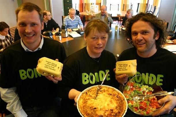 Mikkel Bakkegard, Bjørnhild Kihle og Thor Johannes Bakkegard serverte duggurd til formannskapet i Østre Toten