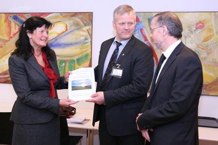 Bilde fra presentasjon av jordbrukets krav 27. april. Merete Furuberg, Nils T. Bjørke og Leif Forsell. Foto: Marthe Haugdal.
