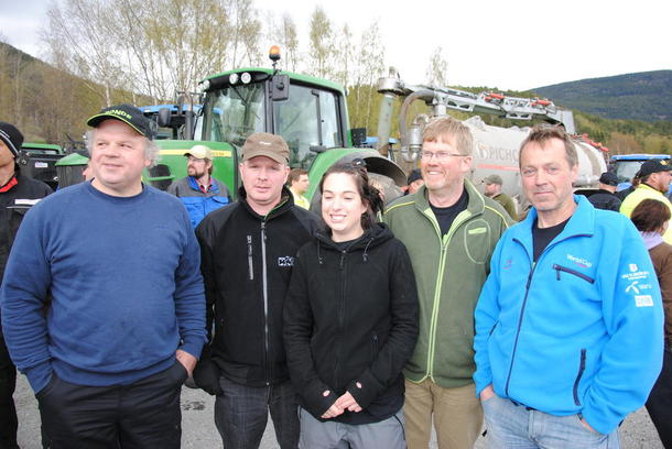 Bondelagslederne i Midt-Gudbrandsdalen var godt fornøyd med oppslutninga om aksjonen. F.v. Stein Arne Dalsegg, Ola Masseng Sylte, Marthe Dypdalen, Knut Olav Thujord, Kjell Arne Kaus.