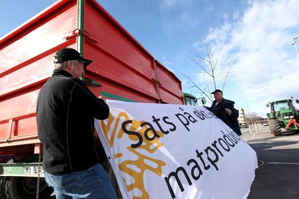 Bannere og traktorer med hengere kom i morgentimene på plass utenfor Amfi-senteret i Steinkjer.