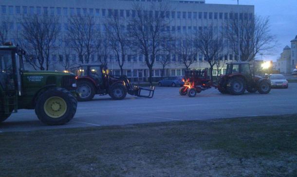 Bodin Bondelag_ Blokkering av parkeringsplasser foran Fylkeshuset