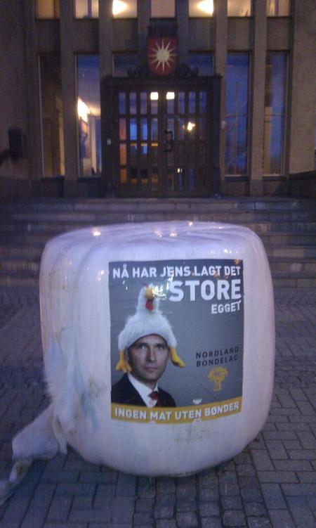 Bodin Bondelag_ Rundballer og klistermerker foran Rådhuset i Bodø.