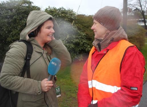 Aksjonsleiar Clara Hveem blir intervjua av NRK.