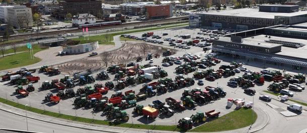 Parkeringsplassen foran Amfi ble fylt av traktorer og bønder som ville markere sin misnøye med regjeringen.