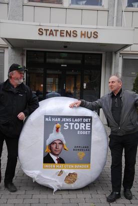 Trond Ellingsbø og Terje Holen foran Statens Hus på Lillehammer.