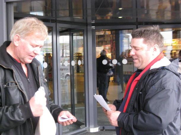 Styremedlem i Nordland Bondelag Jan Gunnar Eilertsen i samtale med en av kundene på City Nord.