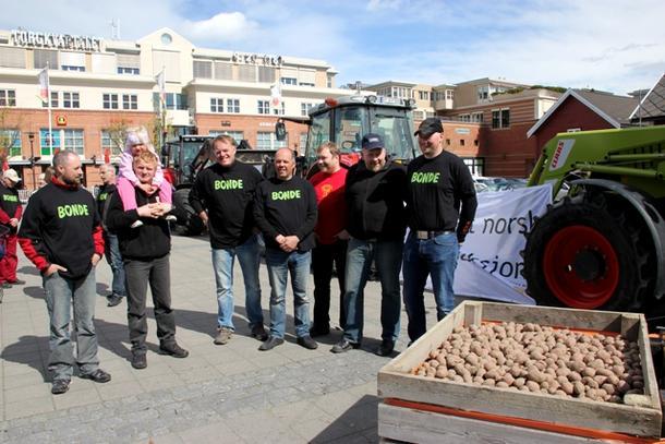 Bøndene i Stjørdal aksjonerte på torget. (Foto: Arne Bjørn Fossen)
