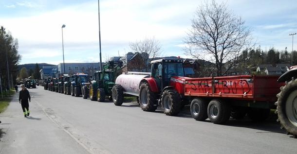 En lang kortesje traktorer kjørte rundt Kolvereid sentrum.