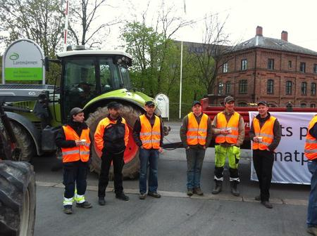 Akerhsusbønder blokkerer inngangen til Lantmännen på Bjølsen i Oslo. Foto: Marthe Haugdal.
