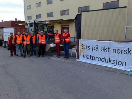 Blokade foran Norgesmøllene sitt anlegg i Skien. Foto: Synne Vahl Rogn.