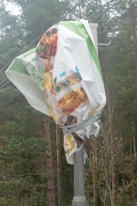 Banneret ble borte fra tilhengeren i løpet av natta, og senere funnet igjen som innpakning av en fotoboks......