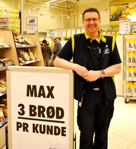 Hypermarkedssjef Hans Kristoffersen frykter ingen brødkrise, men oppfordrer kundene til å kjøpe bare 3 brød hver. (Foto: Brita Buan)