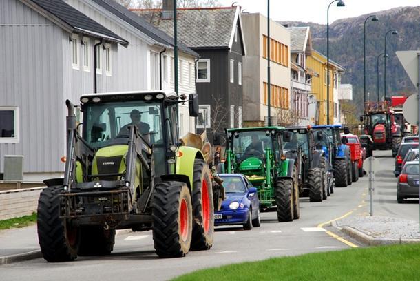 Et trettitalls traktorer kjørte gjennom Namsos.