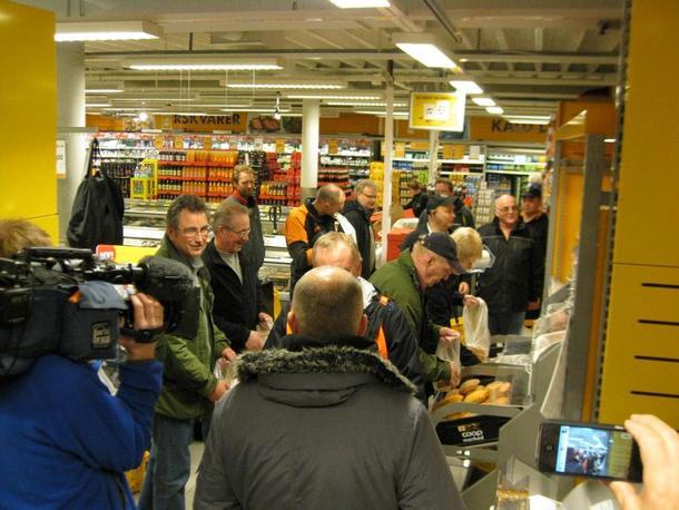 Medlemmer av Bodin Bondelag er klar til å kjøpe brød