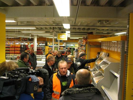 Styreleder i Nordland Bondelag Bernt Skarstad blir intervjuet av pressen som var til stedet under aksjonen