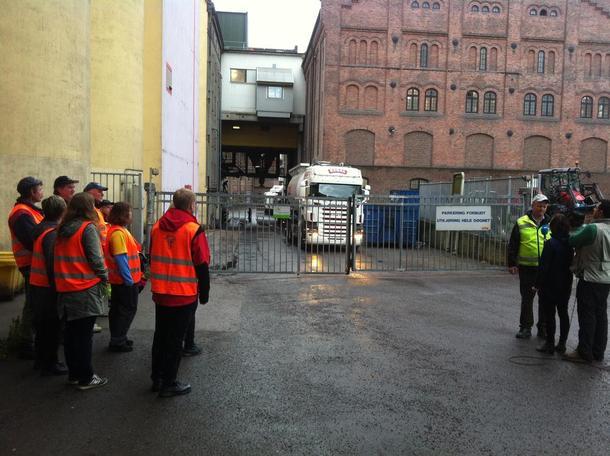 Den første bilen på vei ut fra anlegget på Bjølsen i Oslo, foto: Marthe Haugdal.