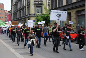 Oppland Bondelag marsjerer ut fra Landbrukets Hus i Schweigaardsgate.