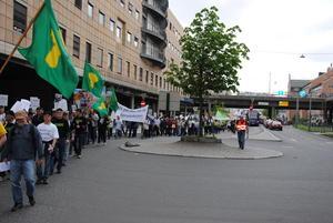 Deler av Opplandsdelegasjone på vei gjennom rundkjøringa ved bussterminalen.