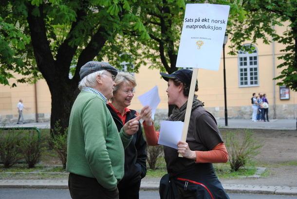 Hanne Bergesen i diskusjon om norsk matproduksjon i forbindelse med markeringa i Oslo etter bruddet i vår.