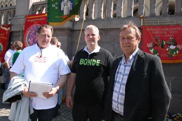 Bondelagsleder Nils T. Bjørke, og leder i NNN Jan-Egil Pedersen sammen mot kjedemakta utenfor Stortinget.