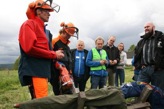 De 100 frammøtte fikk demonstrert forskjellen på bruk av vernebukse og en vanlig bukse i møtet med motorsag. Fibrene i vernebuksa stopper kjedet på motorsaga. Foto: Guro Bjørnstad.