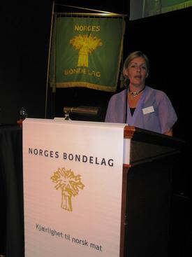Margunn Bjørkelo på talarstolen i årsmøtet i Norges Bondelag