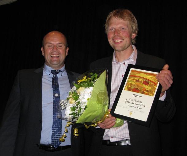 Prisen vart delt ut av årsmøteordførar Odd Christian Stenerud