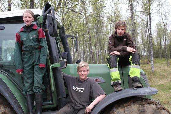 SIKKERHET: De gleder seg til fagmøte for ungdom der sikkerhet og kvalitet står i høysete. Marte Liengen Sørslett(14), Emil Arntsen(16) og Andreas Myre Nesvold(15). Alle tre er fra gårdsbruk, og jobber helger og ferier blandt dyr og maskiner.