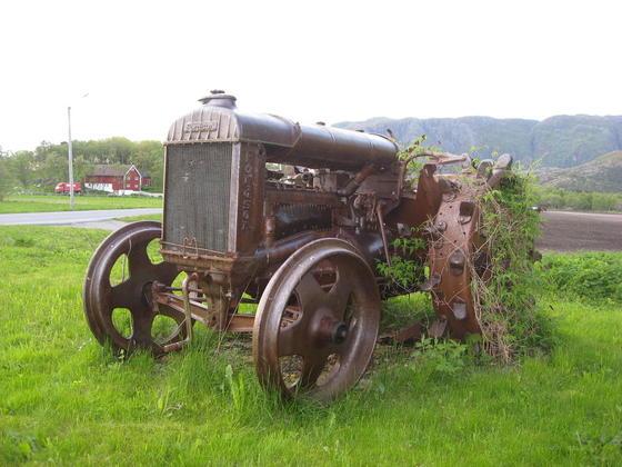 Første traktor i Brønnøy, en Fordson 1934 modell. Eier Peder Strand.