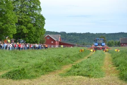 Demonstrasjon av høstingsutstyr på messa, der deltakerne står på sikkerhetsmessing avstand.