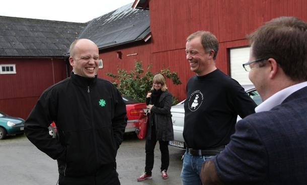 Trygve Slagsvold Vedum var en glad mann i går, da han besøkte bonde Leif Andreas Kvitvang og Steinkjer-ordfører Bjørn Arild Gram. Da visste statsråden at regjeringen nå går for prosenttoll.
