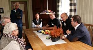 Det ble også tid til en prat rundt spisebordet. Fra venstre: Landbruksdirektør Kirsten Indgjerd Værdal, jordbrukssjef Gunnar Vorum, leder Asbjørn Helland i Nord-Trøndelag Bondelag, bonde Leif Andreas Kvitvang, statsråd Trygve Slagsvold Vedum og ordfører Bjørn Arild Gram.