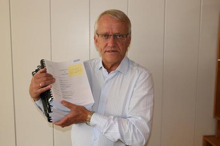 Ole Jacob Helmen med en betydelig papirbunke: 2000 sider sakspapirer til Høyesteretts behandling av Kleiva-saken. Foto: Guro Bjørnstad.