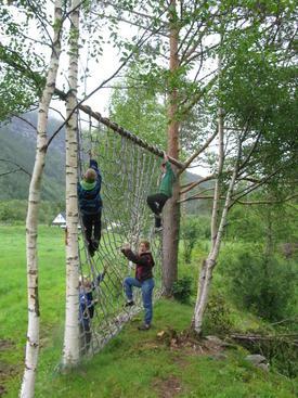 Illustrasjonsfot: 4H-medlemer prøver ut tarzanløypa på garden på fylkesleiren i 2011.