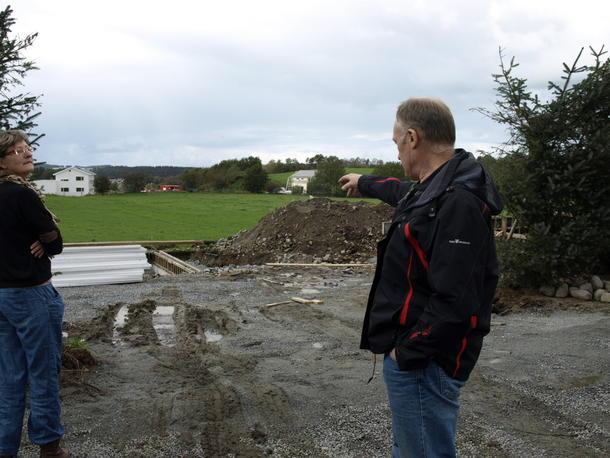 Jostein Frøyland viser hvor bybanen er påtenkt og utbyggingen rundt gården.