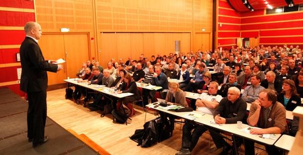 Landbruksminister Trygve Slagsvold Vedum fikk en varm velkomst av 500 bønder fra Midt-Norge, og han følte seg bedre hjemme i dette selskapet enn i Brüssel dagen før.
