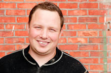 Møteleder Tor Jacob Solberg, medlem av fylkesstyret i Østfold Bondelag og selv en ung bonde.