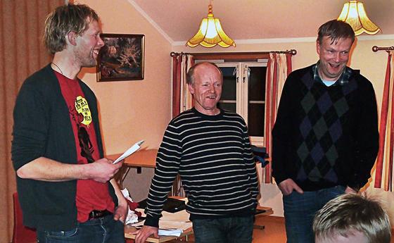 Leiar Knut Tore Nes Hjelle takkar Asbjørn Manseth og Bjørn Haugland for humørfylt innsats.  Utruleg kva da går å få dei to karane til å gjere :)  Alle foto: Per Martin Rafshoel