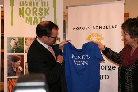 """Utenriksministeren fikk også pinnekjøtt på vegne av norske sauebønder, og en """"Bondevenn"""" t-skjorte."""