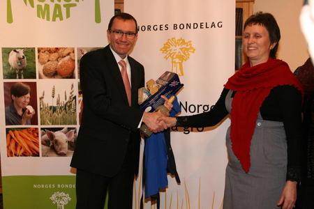 Barth Eide fikk 5 års vellagret Jarlsberg som takk fra 4000 melkebønder - overrakt av Ingunn Sognnes som er styremedlem i Norges Bondelag og nestleder i Tine.